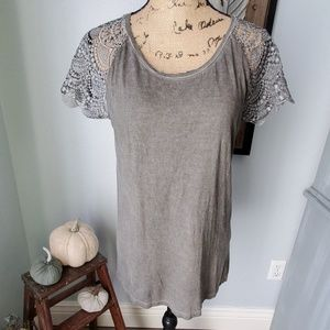 Dantelle tee with lace sleeves - has small hole